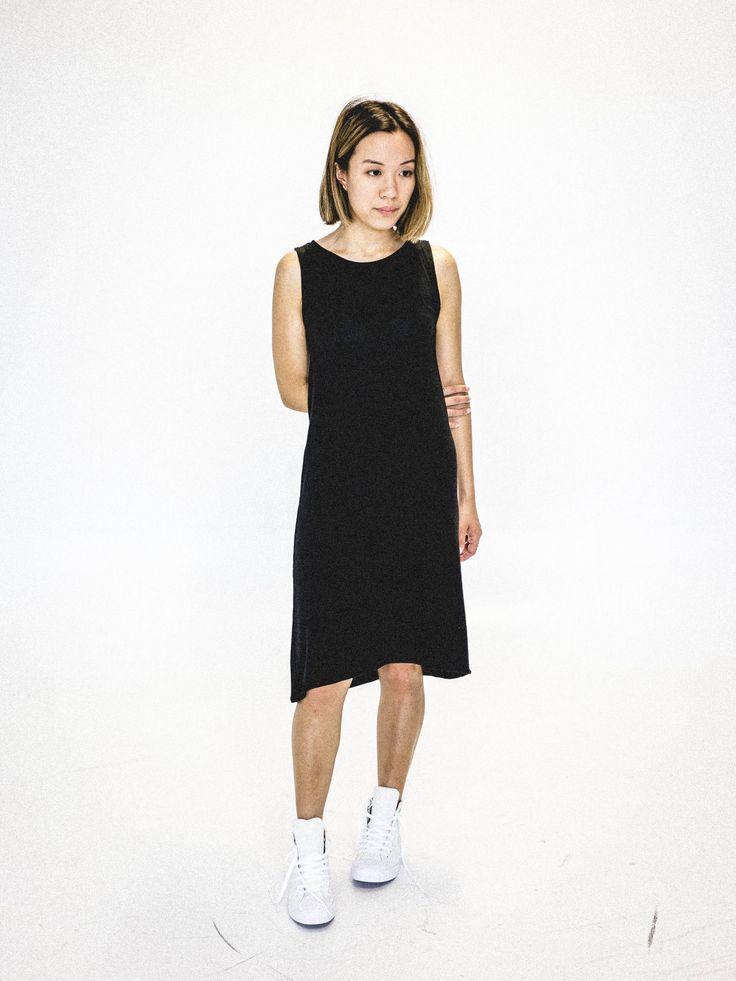 Robe noire en bambou pour femme. Robe minimaliste et écologique. Faite au Québec. www.vymoo.com