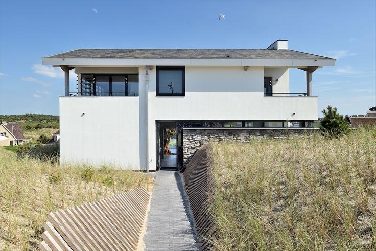 Duinvilla in Bergen aan Zee. Dankzij de natuurstenen wand gaat het huis goed op in het omliggende duingebied. Ontwerp BNLA architecten   Fotografie Studio de Nooyer