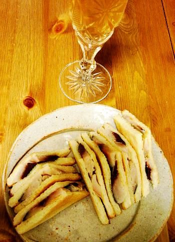 しめサバのサンドイッチ  市販のしめ鯖(1/2匹分)1枚 食パン4枚 わさび(あればホースラディッシュ)お好みの量 バターお好みの量