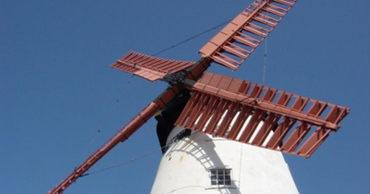 Os moinhos de vento usam lâminas em forma de ventilador ou de aerofólio para capturarem energia eólica, o que as faz girar. Os moinhos de vento usam o vento para gerar energia.  Fotografia: Bruce Allinson.