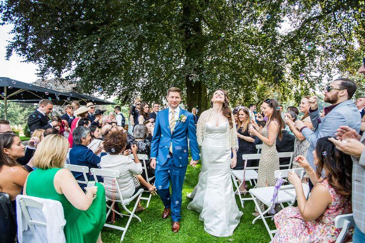 Buiten in de tuin trouwen bij Landgoed Rhederoord. Bruidsfotografie door Dario Endara