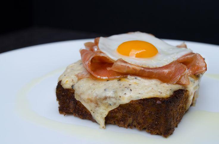montadito trufado, jamón ibérico, pasta de trufa, manchego, mozarrella, pan brioche, huevo de codorniz