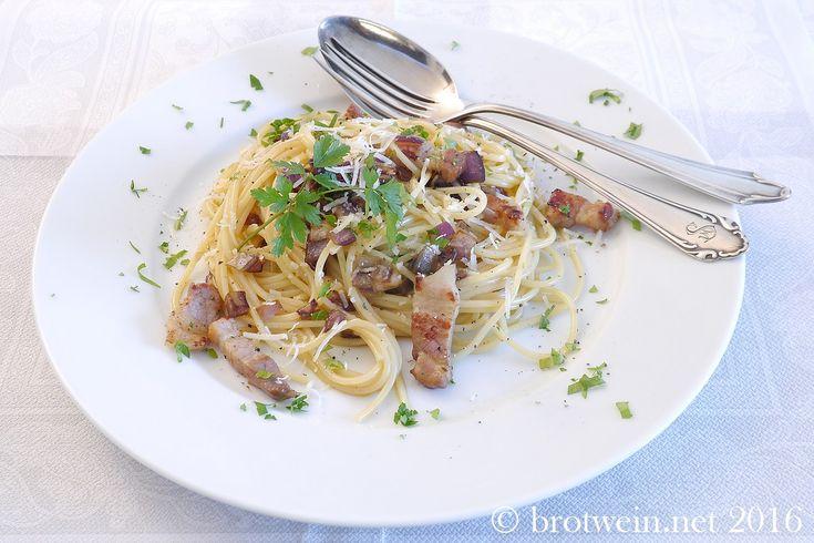 Cremige Spaghetti Carbonara wie in Italien. Das Geheimnis liegt in der Ei-Mischung. Sehr einfach, wenig Zutaten: Spaghetti Speck Zwiebeln Eier Käse Pfeffer