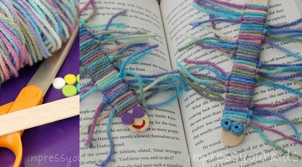 crédit photo Impress Your Kids  Pour occuper des enfants au cours d'une après-midi pluvieuse, et si vous avez en stock plein de bouts de laine à recycler, je vous propose cette activité manuelle d'Amanda, décrite sur le blog Impress Your Kids : des marque-pages à mille pattes, à partir d'un bâtonnet de glace et de bouts de laine. Instructions Vous aurez besoin de laine, des bouts de mousse et d'un bâtonnet de glace par mille-pattes. Coupez 24 bouts de laine en morceaux de 20 cm de long. Pour…