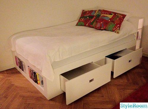För att bättre kunna utnyttja ytan i min etta byggdes en sängstomme med förvaring åt min 120 cm-säng. Sängförvaring helt enkelt!    Ritningar gjordes först med papper, penna och linjal inspirerade av IKEAs Brimnes-säng, som tyvärr bara fanns som dubbelsäng.