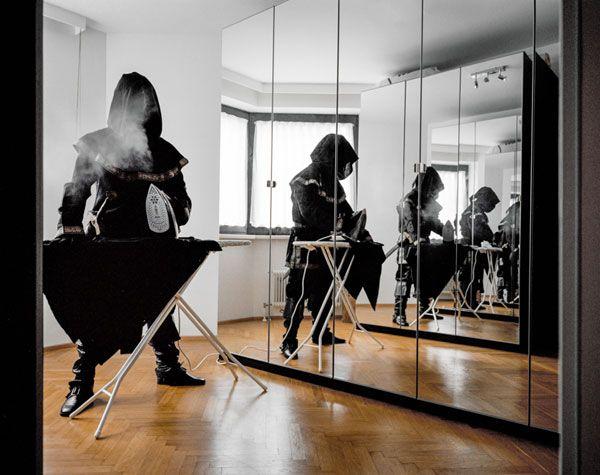 Questa serie di fotografie si chiama Just the Two of Us. È stata realizzata dal fotografo austriaco Klaus Pichler che ha deciso di avventurarsi nel magico mondo del cosplay. Ecco come passa la giornata il cosplayer tipo.  [via Klaus Pichler]