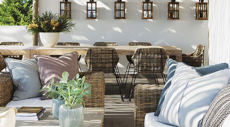 Helle Rattan Möbel für die Terrasse mit mediterranen weiß/blau Kissen
