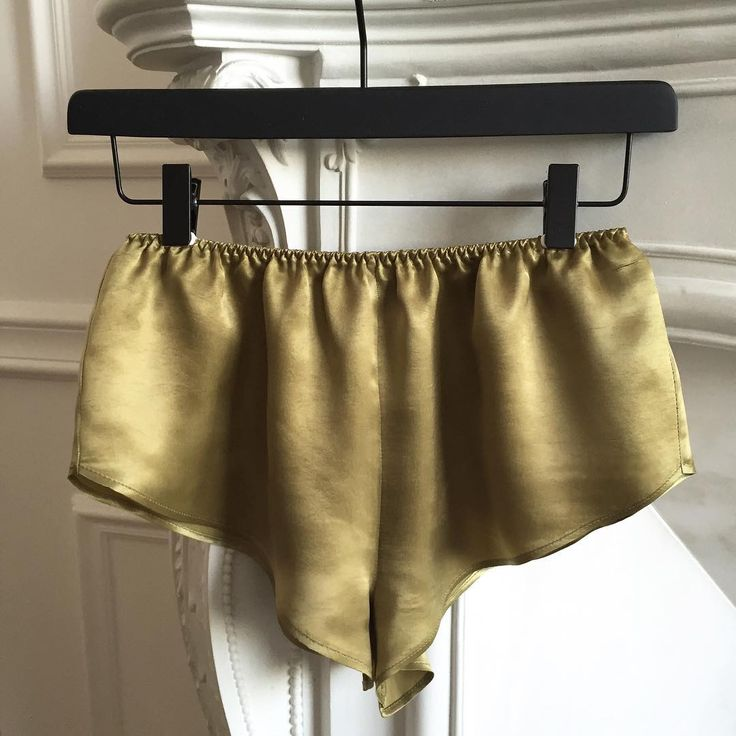 Olive 🍸Erin shorts in sandwashed cupro 👌🏻#satin #cupro #minimal #pureform #comfort #style #olive #chic #minimalism #satinlingerie #satinsleepwear #premium #quality #shoponline #moyestore #moyehomewear