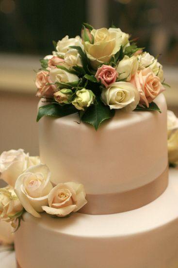 Gorgeous wedding cake with rose arrangements    For more arrangements visit: http://roses2go.com.au/store/cart.php