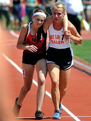 Η 17χρονη αθλήτρια στίβου Meghan Vogel βοηθά την αντίπαλό της