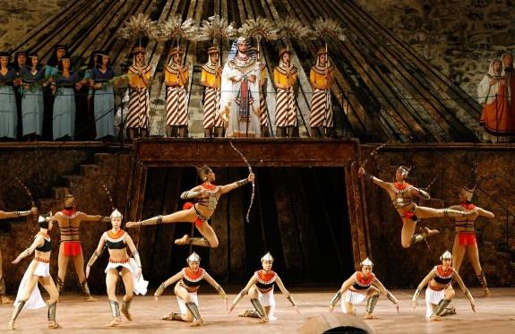 Tanssikohtaus Aida -oopperan toisessa näytöksessä on näyttävä, kaunis ja eteerinen