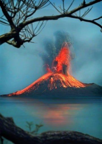 imagenes de volcanes en erupcion en el mar