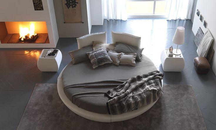 lit rond design taupe et beige dans la chambre adulte avec cheminée