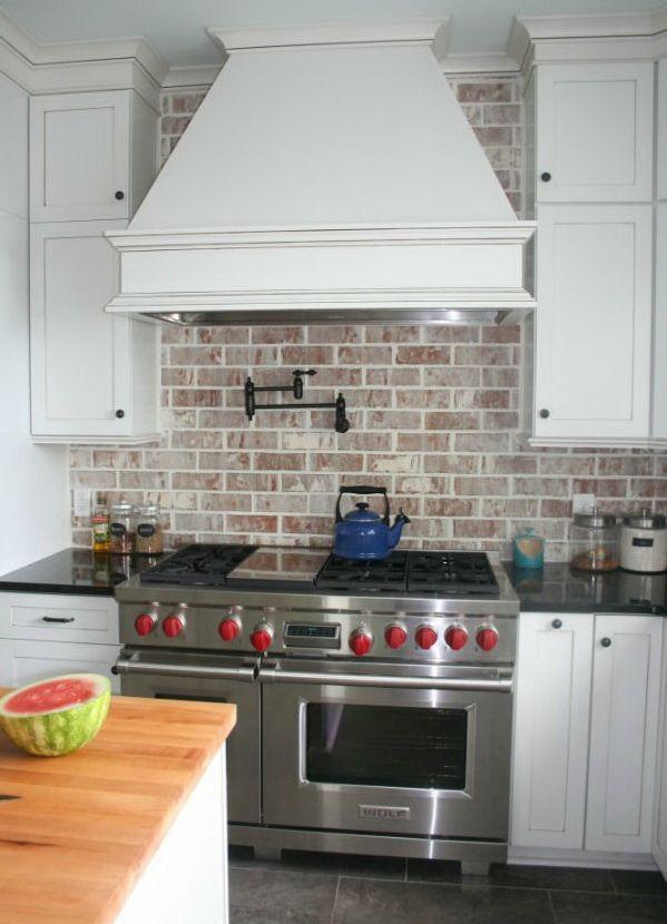Кирпичный кухонный фартук хорош тем, что разбавляет царство легкомоющихся материалов ярко выраженной фактурностью. Рядом с гладкими кухонными обоями шероховатая стена выглядит