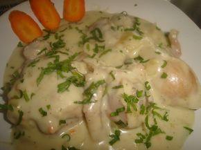 A hús omlós, a szósz íze mámorító! Az egyik kedvenc csirkés ételünk lett! Hozzávalók: 1 csirke (1,5 kg) 2 dl tej 2 dl húsleves (leveskockából is készülhet) 3 tojássárgája 10 gerezd fokhagyma 1 csokor petrezselyemzöld só, bors...