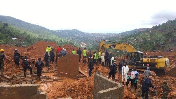 Heftige Regenfälle haben im westafrikanischen Sierra Leone einen Erdrutsch ausgelöst. Hunderte Menschen sind dabei vermutlich ums Leben gekommen. Das Rote Kreuz teilte am Montag mit, bis zum frühen Abend seien mehr als 200 Leichen geborgen worden. Die Zahl der Toten werde noch steigen, so die Rettungsorganisation.