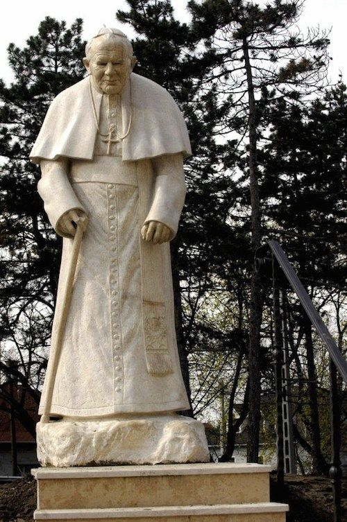 A #Budapest, en Hongrie  DIAPORAMA : TOUR DU MONDE DES 20 STATUES DE JEAN PAUL II  http://www.lumieresdelaville.net/2014/04/27/tour-du-monde-des-statues-de-jean-paul-ii/  #canonisationsRome2014 #canonisations #vatican #canonization