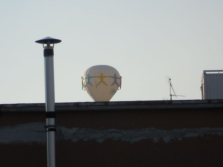 Voluntary balloon like Mary Poppins fly on the roof. It seems the logo of our volunteer day