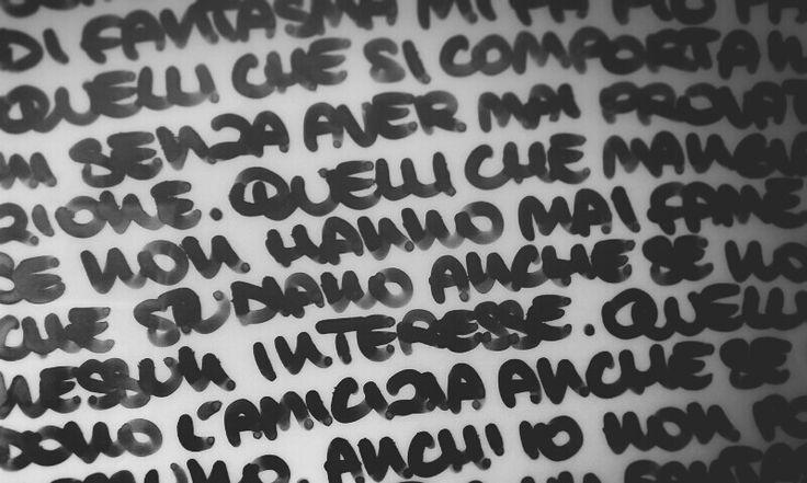 """Citazione dell'anime """"Death Note"""", foto personale. Realizzata con pennarello nero indelebile a punta grossa, su foglio di acetato. Quest'immagine mi piace perché mi trasmette libertà di espressione, naturalezza e spontaneità. Mi piace l'intensità che ha il colore nero, ed il fatto che la grafia non sia precisa ma irregolare ed unica."""