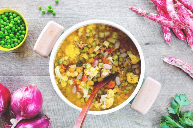 Il minestrone di verdure è un primo piatto salutare, di semplice ma lunga realizzazione, per via della pulizia e del taglio delle molte verdure!