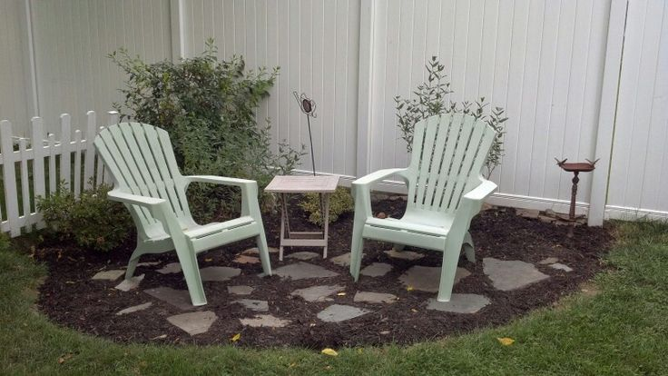 Small garden sitting area with bark mulch and flag stones for Small garden areas