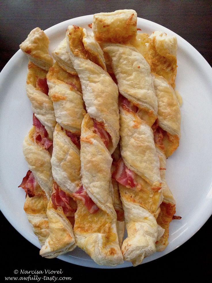 Foietaj rasucit cu bacon si cascaval. Bacon and cheddar puff pastry.