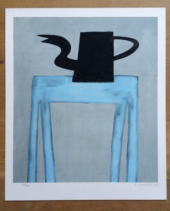 Tafel met kan, 1997 Houtdruk op dik geschept papier Gesigneerd met potlood (r.o.) Oplage: 400 Afmeting: 60 x 50 cm