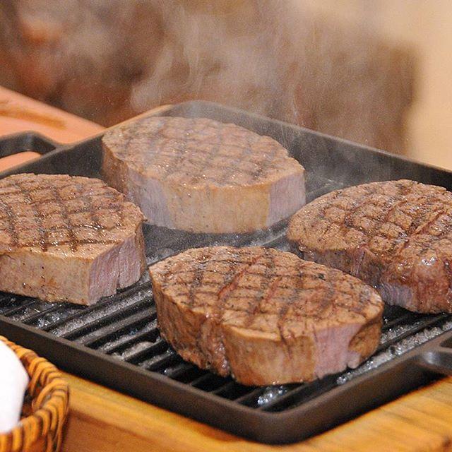 . -HANZOYA Cuisine-  いまにもジューシーな音と香りがしてきそうなA5ランクのいわて牛✨ #飯テロ  HANZOYAウエディングでは、このようにゲストの目の前でお肉を焼いたり…シェフからお料理の説明をさせて頂いたり… まさにお料理そのものがひとつの演出や余興としてお楽しみいただけるプランもご用意しています❤  お料理へのこだわりはぜひHPもご覧くださいね♪ @hanzoya_mariage  #weddingtbt #weddingparty #wedding #weddingtips #花嫁diy #結婚式準備 #プレ花嫁 #卒花 #卒花嫁 #ウエディングレポ #前菜 #披露宴 #フランス料理 #肉 #アンティーク  #2017春婚 #2017夏婚 #2017秋婚 #2017冬婚 #横浜 #新横浜 #marryxoxo #hanzoya
