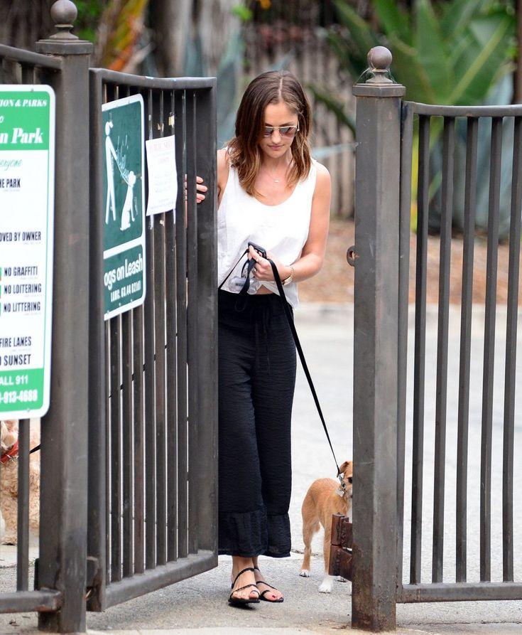 Paparazzi : MINKA KELLY à un parc pour chiens à Los Angeles 26/06/2017