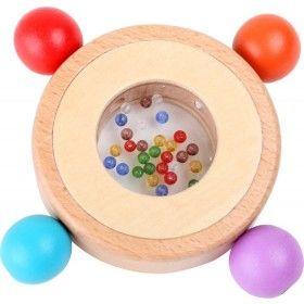 Uchopiť, potiahnuť a zahrkať! Drevená hrkálka so štyrmi veľkými farebnými korálikmi na gumičke motivujú dieťa k uchopeniu. Uprostred hrkálky sú drobné koráliky, ktoré pri každom pohybe zahrkajú. Prvá hrkálka pre najmenšie deti.