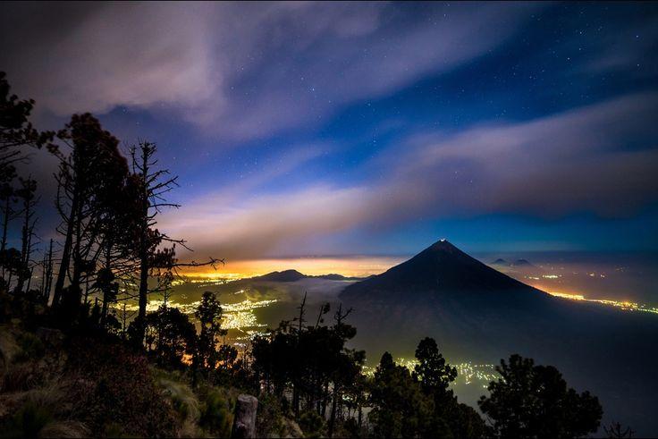 Le mont, qui se situe près de la ville d'Antigua Guatemala, culmine à 3 763 mètres d'altitude. Il se trouve en phase éruptive depuis plus de 13 ans, créant la panique en 2002 lorsque des coulées de lave ont menacé les villages alentours.