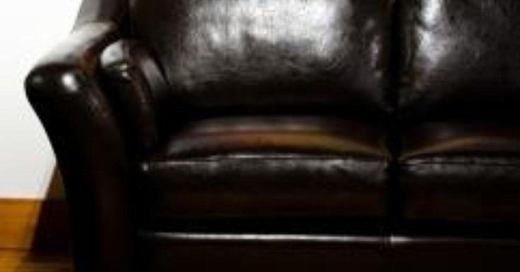 Tu sofá de cuero es la pieza central de tu sala. Si comienza a agrietarse o a descamarse, no sólo pierde su aspecto, sino que también puede llevar a problemas más graves como un ...