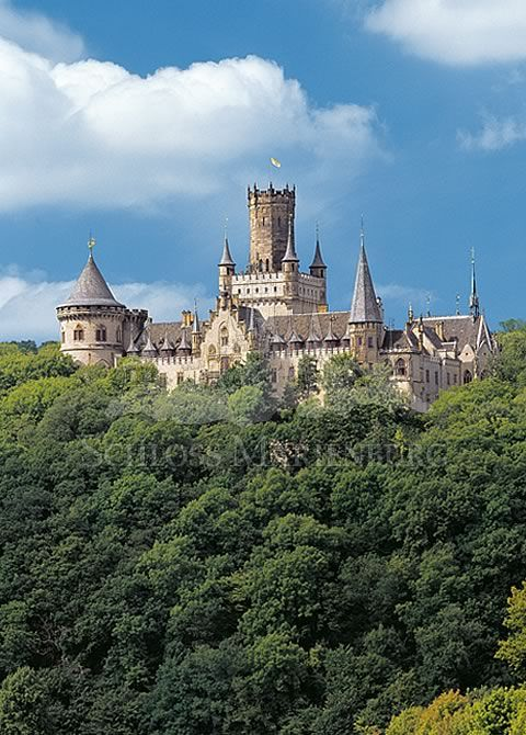 Schloss Marienburg bei Hannover. Weitere tolle Ideen und Tipps rund um Ihre Hochzeit gibt's hier: www.brautmagazin.de