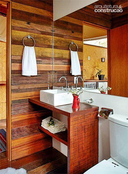 Para lavabo, a madeira pode ser usada. Mesmo assim, necessita de manutenção. Para banheiro, é melhor escolher cerâmicas que imitam madeira. Facilita a vida…