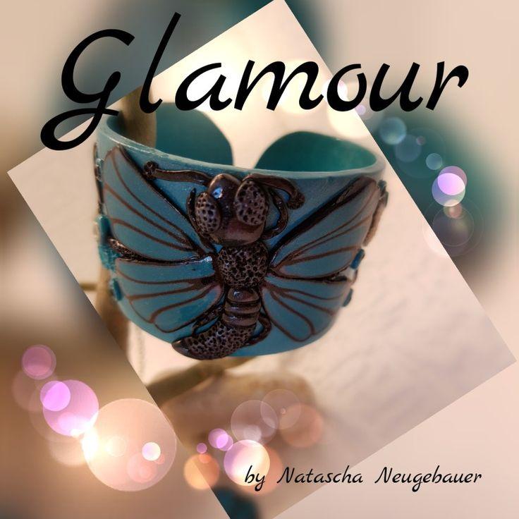 Armband in Türkis gehalten und mit einem Schmetterling verziert.