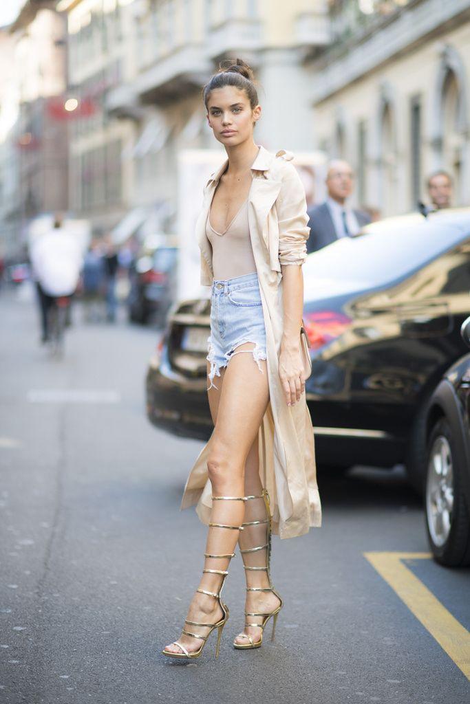 Sara Sampaio sube al podio de las mejor vestidas de la semana en denim + nude. ¿Quién es tu favorita?
