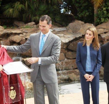 http://www.fashionassistance.net/2014/01/letizia-repite-traje-de-hugo-boss-en.htmlFashion Assistance: Letizia repite traje de Hugo Boss en Canarias