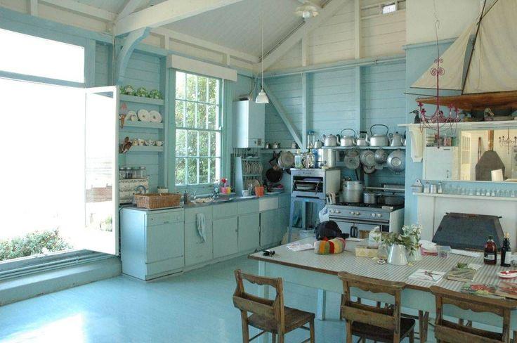 Кухня в стиле шебби-шик: винтажная роскошь для ценителей комфорта и 80 уютных интерьеров http://happymodern.ru/kuxnya-v-stile-shebbi-shik/ Шебби-шик в пастельно голубому: старинная мебель, большие окна и фарфоровая посуда в качестве декора