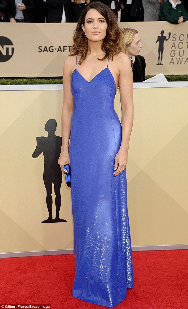 6096a6863ad1 Mandy Moore was gorgeous in a shimmery sleeveless cobalt blue gown with  v-neckline and spa.