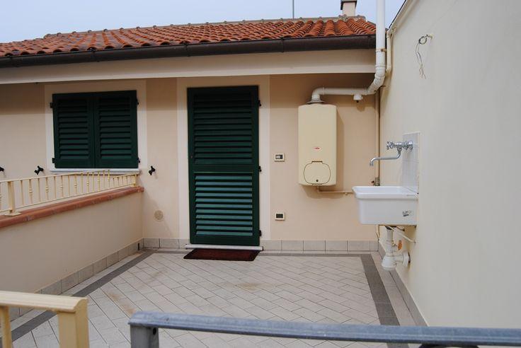 A 300 metri dal mare, appartamento mansardato ristrutturato di 70 mq c.a posto al primo piano con ingresso indipendente da balcone esclusivo composto da ingresso/soggiorno con angolo cottura, due camere matrimoniali, bagno con doccia e ripostiglio.  Rif 1913 Euro 450.000