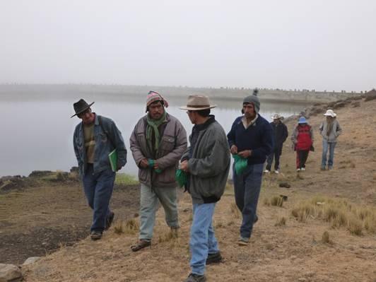 Representantes de la Asociación de Regantes y de la Asociación de Semilleristas. CEDESCO y MUSOL han trabajado con ellos para mejorar la calidad de las semillas usadas en Rumi Corral y para que asuman la gestión del sistema de agua instalado. La participación de estas organizaciones comunitarias ha sido un factor clave para el éxito del proyecto. Actualmente, la Alcaldía de Tiquipaya está replicando este proyecto en otras comunidades pobres de la Cordillera del Tunari (Cochabamba, Bolivia).