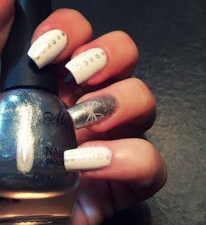 Nail art bianca con pois grigio mettalizzato e farfalla fatta con lo stamping sul dito anulare perfetto per segno del Cancro per tutto il 2016