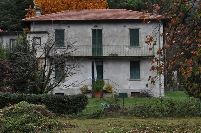 Typical Lombard house on two levels with a central stone staircase and a large private garden.€165000