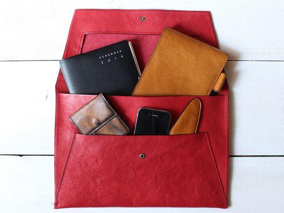 レターケースのようなシルエットが美しいベジタブルタンニンレザーを楽しめる一枚革のクラッチバッグ。 柔らかい革のシボを楽しめます。 財布も手帳も、スマートフォン...|ハンドメイド、手作り、手仕事品の通販・販売・購入ならCreema。