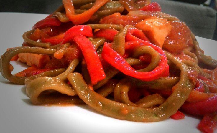 Tricolore pasta, de espinafre, cenoura e tomate desidratado. Molho de frango com tomates pelados.