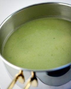 300 g prei 300 g groene selder 2 ajuinen 2 liter water 3 bouillonblokjes (kip) scheutje worcestersaus snuifje fijn gemalen peper 1 koffielepel gehakte peterselie (eventueel diepvries) 30 g boter 30 g bloem Kuis de groenten en snijd ze grof. Laat de boter smelten in een pot en stoof de groenten 5 minuten zonder kleuren. …