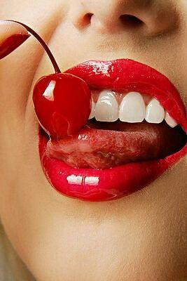 Красивые пухлые губы являются важной частью сексуального облика. Однако со временем даже самые соблазнительные губки теряют свою форму, упругость и четкость контура. И в этом случае на помощь приходит контурное увеличение губ гелем. Эта процедура совершенно не травматична, пациент не теряет работоспособность и практически не испытывает болевых ощущений. Поэтому контурную пластику все чаще применяют для увеличения губ или изменения их формы.