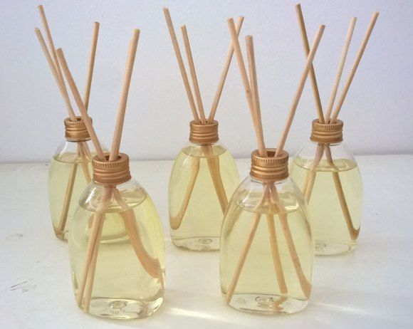 Aprenda como fazer aromatizador de ambientes de forma fácil nesse post e faça você mesmo alguns bem cheirosos pra perfumar sua casa inteira.