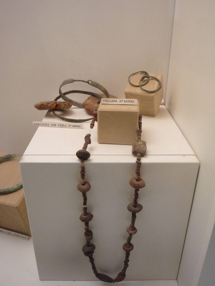 Collana e orecchini (ambra e bronzo) al Museo di Ripatransone.