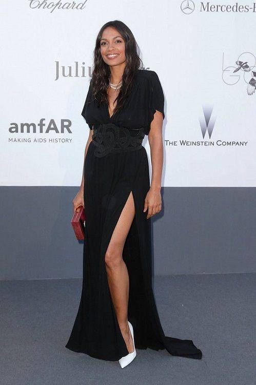 Розарио Доусон в черном платье и белых туфлях